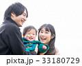 家族 3人 笑顔の写真 33180729