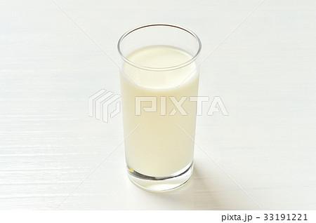 朝食のミルク(牛乳)のイメージ。 33191221