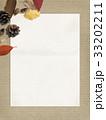 背景-秋-落ち葉-木の実 33202211