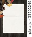 背景-秋-落ち葉-木の実 33202249
