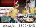 スーパーで買い物をする若い主婦 33224843