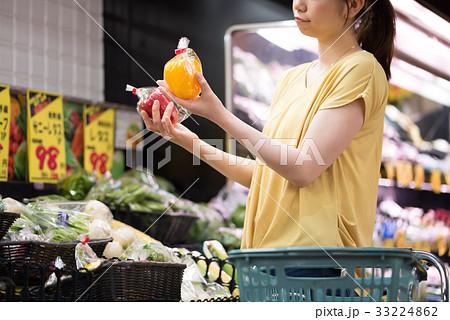スーパーで買い物をする若い主婦 33224862