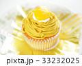 黄色い栗が乗ったカップケーキサイズの市販のモンブラン 33232025