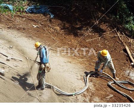 ロービングソイル工法による法面吹付工事はネットや金網が不要です 33235426