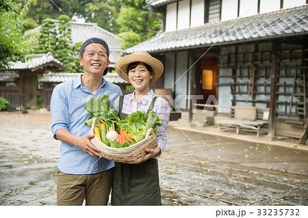 農業 ミドル 夫婦 野菜 農家 イメージ 33235732