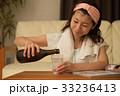 宅飲み 焼酎を飲む若い女性 33236413