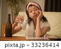 宅飲み 焼酎を飲む若い女性 33236414