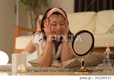 夜 スキンケアをする若い女性 33236415