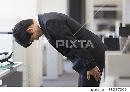 頭を下げるビジネスマンの写真素材 [33237201] - PIXTA