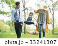 公園で遊ぶ家族 33241307