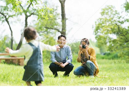 公園で遊ぶ家族 33241389