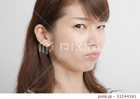 睨む女性 表情 顔 33244381