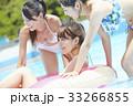 プール リゾート ビキニ 浮き輪 女性 33266855