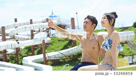 プールでデートを楽しむカップル 33266859