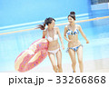 プール リゾート ビキニ 浮き輪を持つ女性 33266868
