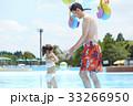 プールで遊ぶ親子 33266950