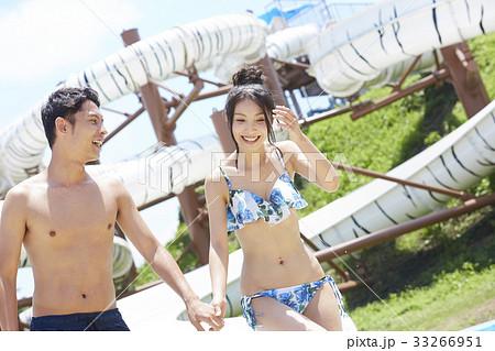 プールでデートを楽しむカップル 33266951