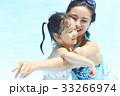 プールで遊ぶ親子 33266974