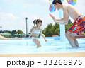 プールで遊ぶ親子 33266975