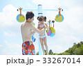 プールで遊ぶ親子 33267014