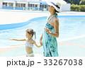 プールサイドを歩く女の子とママ 33267038
