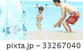 プールで遊ぶ親子 33267040