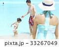 プールで遊ぶ親子 33267049