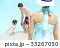 プールで遊ぶ親子 33267050