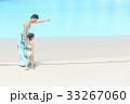 プールサイドを歩く女の子とママ 33267060