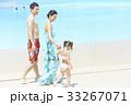 プールで遊ぶ親子 33267071