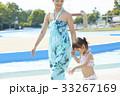 プールサイドを歩く女の子とママ 33267169