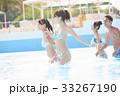 プールで楽しむ男女 33267190