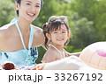 プールで遊ぶ親子 33267192