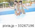 プールで楽しむ男女 33267196