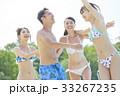 プールで楽しむ男女 33267235