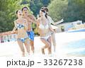 プールで楽しむ男女 33267238