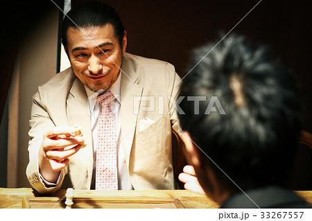 チェスを楽しむ男性 33267557