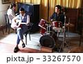 楽器を演奏する男性 33267570