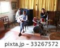 楽器を演奏する男性 33267572