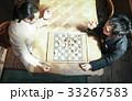 チェスを楽しむ男性 33267583