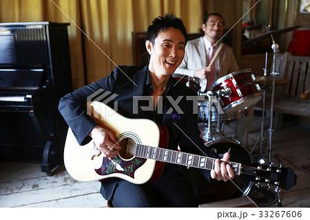 楽器を演奏する男性 33267606