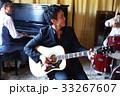 楽器を演奏する男性 33267607