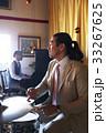 楽器を演奏する男性 33267625