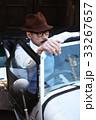 車に乗っている男性 33267657