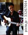 楽器を演奏する男性 33267664