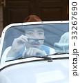 車に乗っている男性 33267690