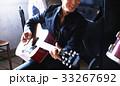 楽器を演奏する男性 33267692