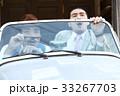 車に乗っている男性 33267703