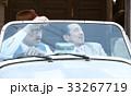 車に乗っている男性 33267719