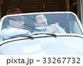 車に乗っている男性 33267732